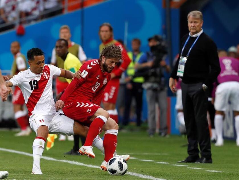 El defensa peruano Yoshimar Yotún (i) y el centrocampista danés Lasse Schöne (c) durante el partido Perú-Dinamarca, del Grupo C del Mundial de Fútbol de Rusia 2018, en el Mordovia Arena de Saransk, Rusia, el 16 de junio de 2018. EFE/Archivo