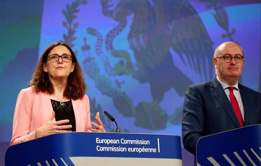 La comisaria europea de Comercio, Cecilia Malmstrom, y el comisario europeo de Agricultura, Phil Hogan (d), ofrecen una rueda de prensa en Bruselas, Bélgica, hoy, 23 de abril de 2018. EFE