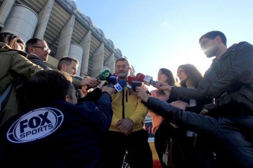 El responsable de dispositivos especiales de Samur, Juan José Jiménez, atiende a los medios con motivo del partido de la final de la Copa Libertadores. EFE