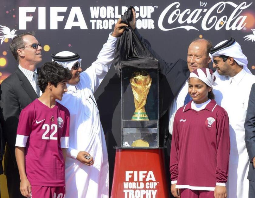 El secretario general de la Federación Catarí de Fútbol, Saud al Muhanadi (3-i), y el representante de la FIFA y exfutbolista argentino Gabriel Calderón (3-d), descubren el trofeo la Copa del Mundo. El país será anfitrión de la Copa Mundial de Fútbol de 2022. EFE/Archivo