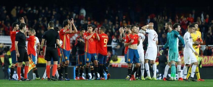 Jugadores de las selecciones de España y Noruega a la finalización del encuentro de clasificación para la Eurocopa 2020 que han disputado en el Mestalla. EFE