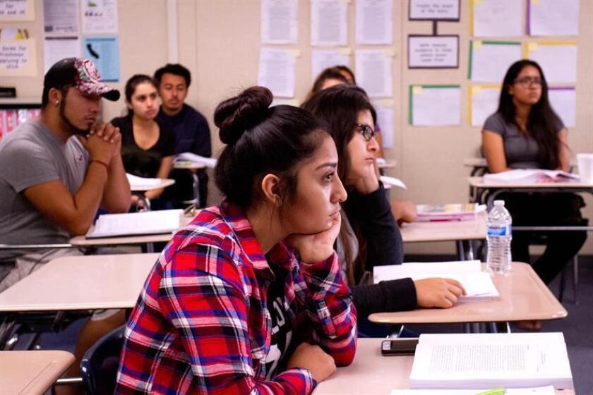 Vista de varios estudiantes que atienden a una clase sobre diversidad étnica en Estados Unidos. EFE/Archivo