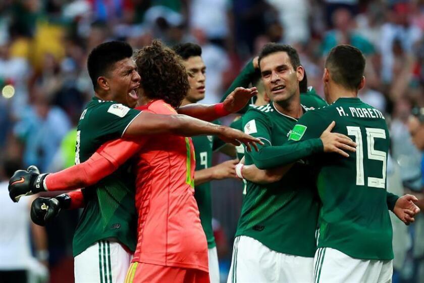 Jugadores mexicanos celebran su victoria tras el partido Alemania-México, del Grupo F del Mundial de Fútbol de Rusia 2018, en el Estadio Luzhniki, Rusia, hoy 17 de junio de 2018.