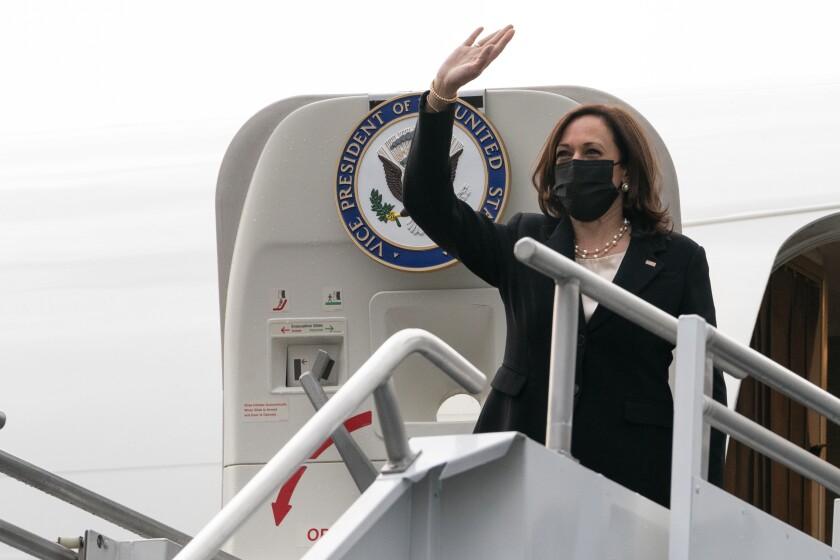 La vicepresidenta de Estados Unidos Kamala Harris aborda el avión vicepresidencial el martes 8 de junio