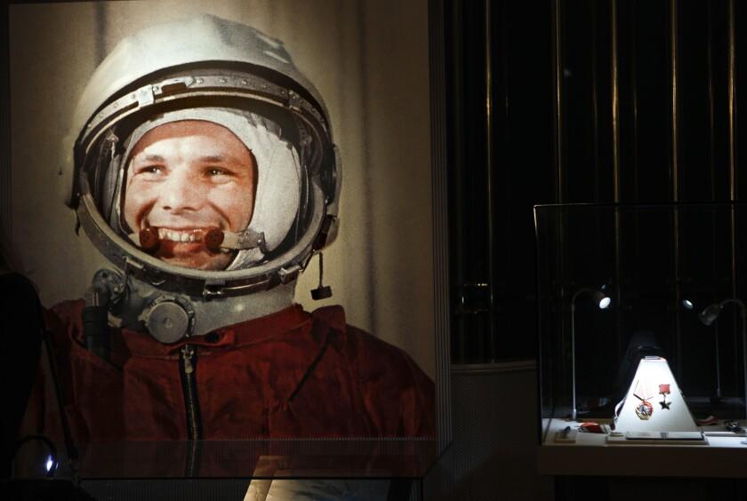 ARCHIVO - Esta fotografía de archivo tomada el lunes 11 de abril de 2011 muestra un retrato sin fecha del primer hombre en el espacio, Yuri Gagarin, y su premio de héroe de la Unión Soviética, a la derecha, parte de una exposición dedicada al 50mo aniversario del vuelo de Gagarin, en Moscú, Rusia. (AP Foto/Alexander Zemlianichenko, archivo)