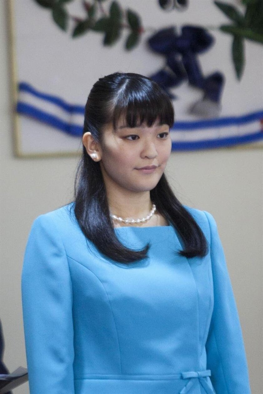 (FILE) Princess Mako of Japan (L) speaks during a reception at the Presidential House in Tegucigalpa, Honduras, 08 December 2015. Japan's Princess Mako, the granddaughter of Emperor Akihito, left for Paraguay on 06 September 2016 to commemorate the 80th anniversary of the start of Japanese immigration to the South American country. EPA/STR