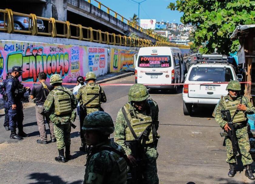 Miembros del Ejército Mexicano resguardan la zona donde un vehículo fue atacado por un grupo armado hoy, miércoles 28 de febrero de 2018, en Acapulco Guerrero (México). EFE