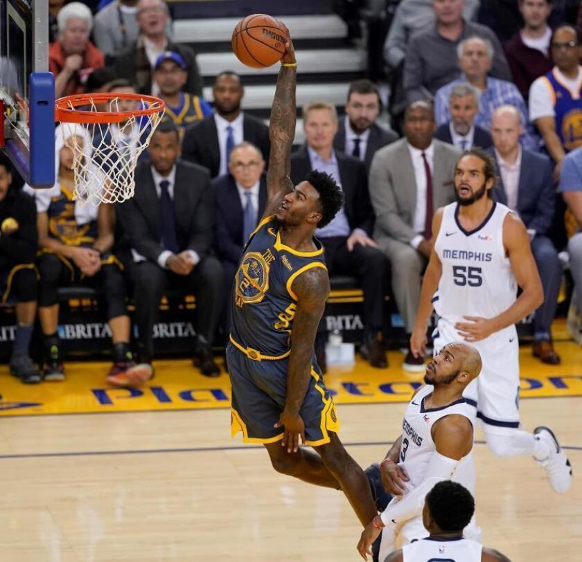 El jugador Jordan Bell (i) de los Warriors de Golden State hace un mate durante su partido de la NBA ante los Grizzlies de Memphis en el Oracle Arena de Oakland, California (EE.UU.), el 17 de diciembre de 2018. EFE