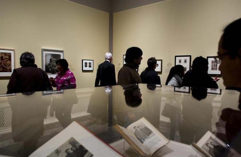"""Varias personas observan las obras expuestas en """"Falsificando: la manipulación fotográfica antes de Photoshop"""" en la Galería Nacional de Arte de Washington DC, Estados Unidos. EFE/Archivo"""