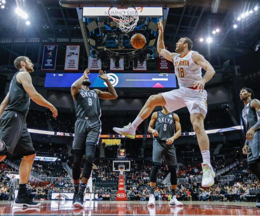 Atlanta Hawks center Miles Plumlee (R) dunks the ball against Brooklyn Nets forward DeMarre Carroll (L) during the first half of the NBA basketball game at Philips Arena in Atlanta, Georgia. EFE