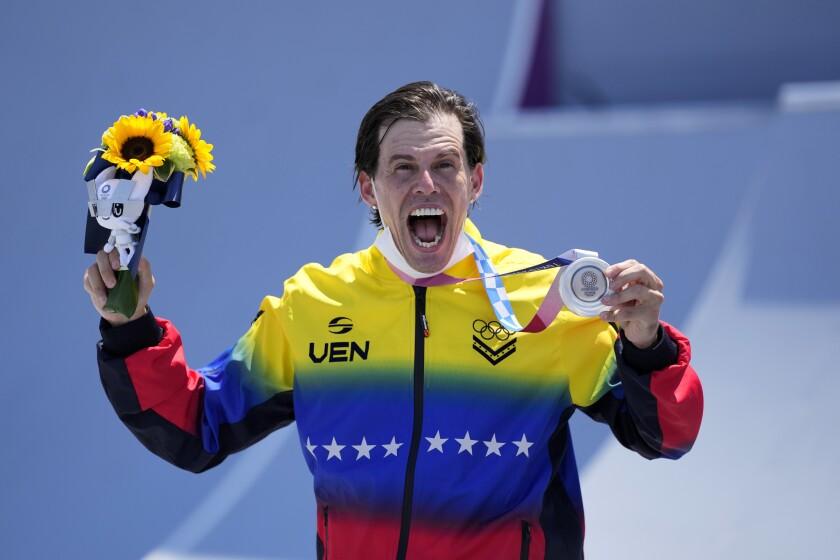 El venezolano Daniel Dhers con su medalla de plata en la final del BMX freestyle de los Juegos Olímpicos de Tokio