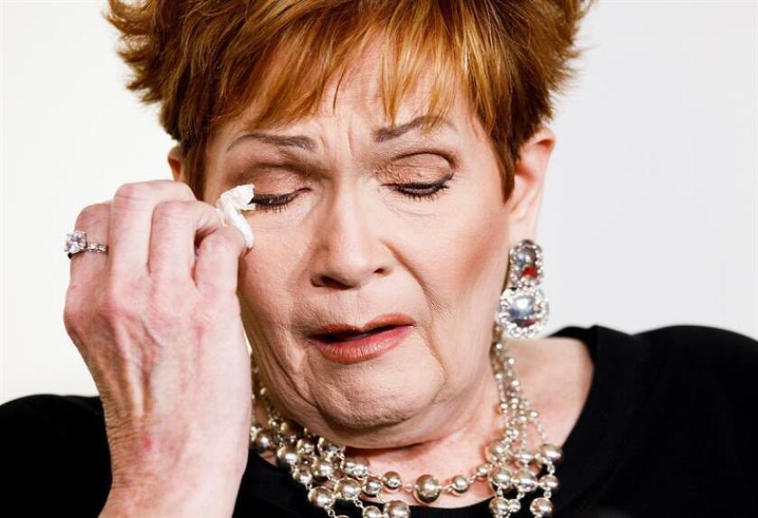 Beverly Young Nelson, de Alabama, lee una declaración junto a la abogada Gloria Allred (fuera de cuadro) durante una conferencia de prensa en la que describió una supuesta agresión sexual contra ella en 1977 por el entonces Fiscal General Roy Moore, quien es ahora candidato republicano para el Senado en Alabama, hoy, lunes 13 de noviembre de 2017, en Nueva York (EE.UU.). EFE
