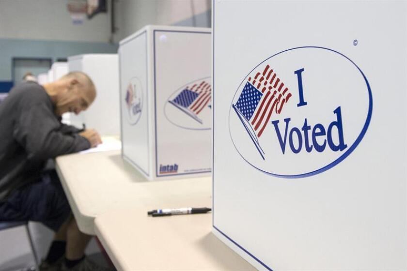 Fotografía en la que se observa a una persona votando en el distrito de Michigan. EFE/Archivo