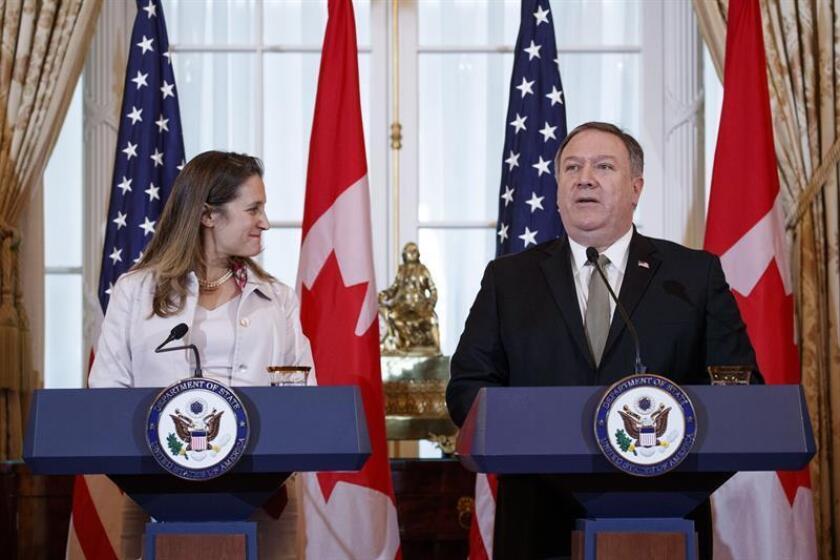 El secretario de Estado estadounidense, Mike Pompeo (d), y su homóloga canadiense, Chrystia Freeland, participan en una rueda de prensa tras su reunión en Washington (Estados Unidos), hoy, 14 de diciembre de 2018. EFE