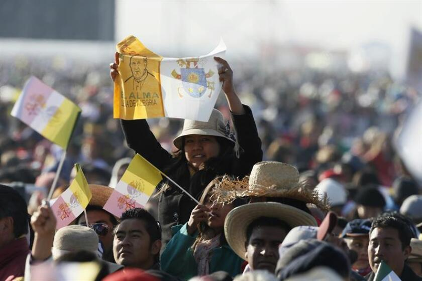 Miles de personas se reúnen hoy, domingo 14 de febrero de 2016, en el Centro de Estudios Superiores en el municipio mexicano de Ecatepec, donde el papa Francisco oficiará una misa multitudinaria. EFE/José Méndez