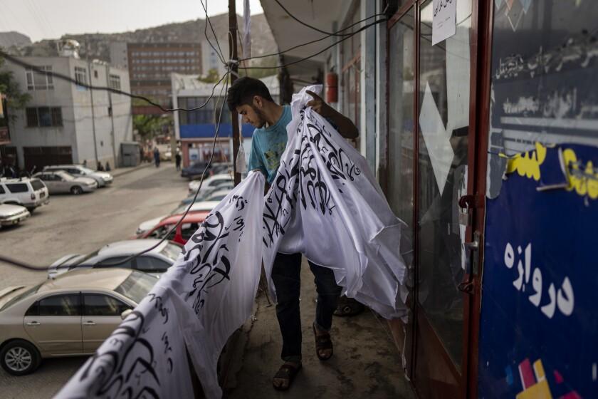 Una tienda de banderas en el mercado Jawid, en Kabul, Afganistán, el 12 de septiembre del 2021.