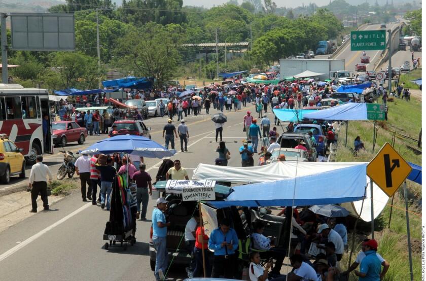 Maestros de la CNTE bloqueron el crucero de la carretera federal con dirección al Istmo de Tehuantepec a la altura de Pemex en Oaxaca.