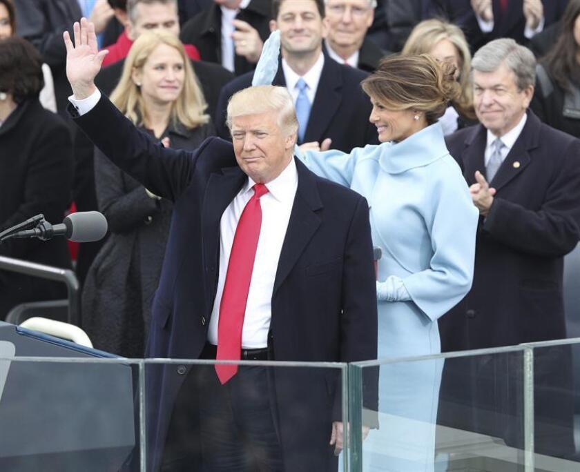 El presidente de EE.UU., Donald Trump (c), saluda a los asistentes tras prestar juramento como el presidente número 45 de la historia de Estados Unidos en una ceremonia oficial celebrada ante las escalinatas del Capitolio, en Washington DC (Estados Unidos) hoy, 20 de enero de 2017. En la foto, junto a Trump, su esposa Melania y su hijo Barron Trump. EFE