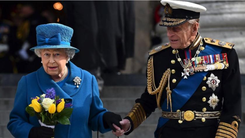 En una imagen tomada el 13 de marzo de 2015, la reina Isabel II y el príncipe Felipe
