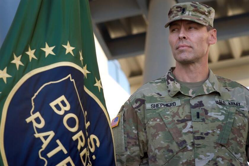 La Guardia Nacional comenzó a cooperar con oficiales de la Oficina de Aduanas y Protección Fronteriza (CBP) en la revisión de carga, autos y cámaras de vigilancia en el puesto de entrada fronterizo de Nogales (Arizona). EFE/ARCHIVO