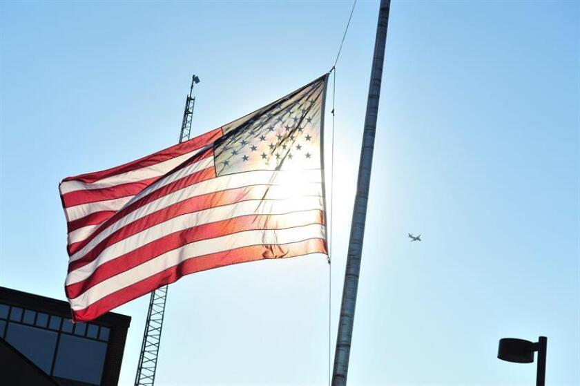 El gobernador de Nueva York, Andrew Cuomo, ordenó hoy que las banderas de las dependencias gubernamentales del estado ondeen a media hasta mañana en tributo a cuatro neoyorquinos que murieron en un accidente de helicóptero en Irak. EFE/Archivo