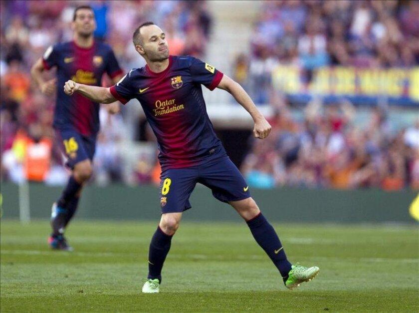 El centrocampista del Fútbol Club Barcelona Andrés Iniesta celebra el gol que marcó al Málaga, durante el partido de la última jornada de Liga de Primera División disputado este sábado en el Camp Nou. EFE