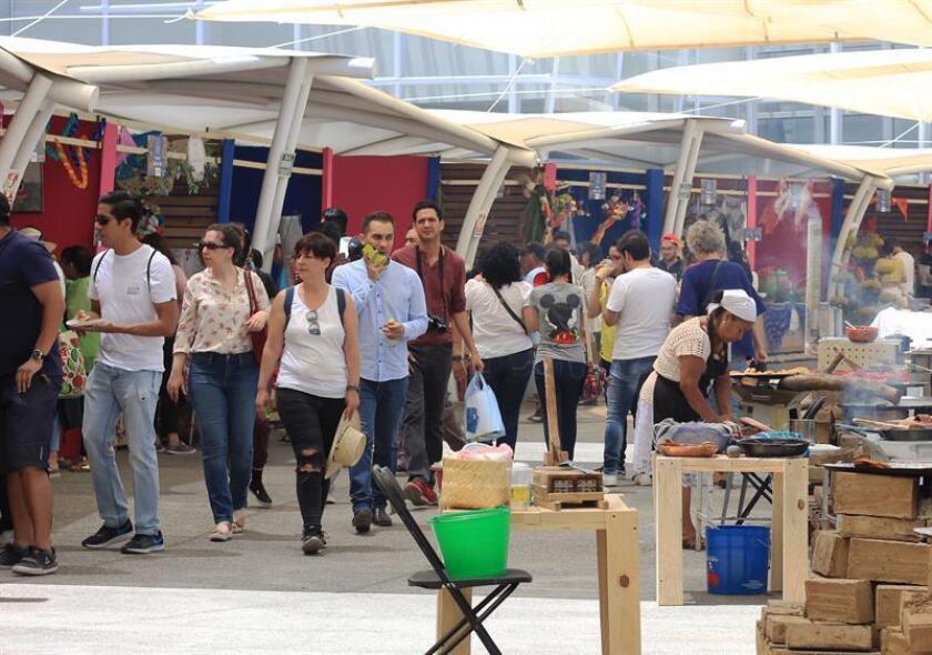 Vista general donde se observa varias personas en el marco de la Cumbre Internacional de la Gastronomía, celebrado en el estado de Guanajuato (México). EFE