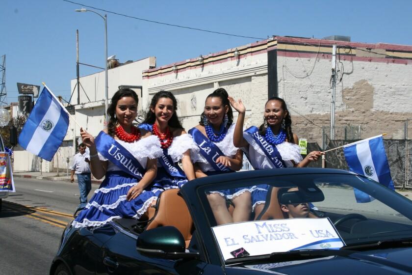 El desfile de independencia de El Salvador se realiza en Los Ángeles desde 1999, festejo que sirve para promover la identidad y cultura de esta nación.