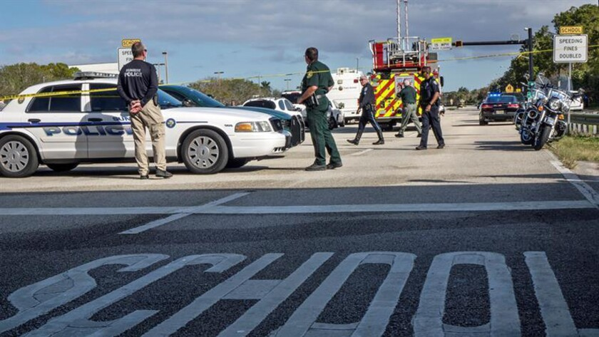 Varios policías vigilan frente a la escuela de secundaria Marjory Stoneman Douglas de la ciudad de Parkland, Florida, EE.UU., donde al menos 17 personas murieron en un nuevo tiroteo, el decimoctavo en lo que va de año en centros educativos del país. EFE/Archivo