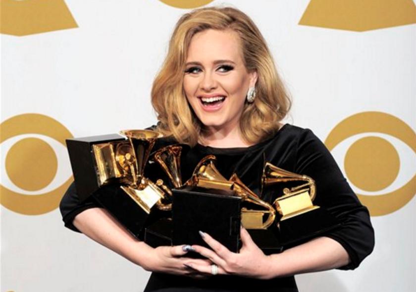 """En esta foto del 12 de febrero del 2012, Adele posa tras ganar seis premios Grammy en Los Angeles. Según cifras difundidas el martes 12 de abril del 2016, Adele tuvo el álbum más vendido en el mundo el año pasado, """"25"""", con 17,4 millones de copias. (AP Foto/Mark J. Terrill, Archivo)"""