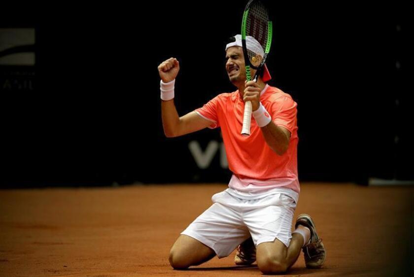 El tenista argentino Guido Pella celebra la victoria ante el chileno Christian Garín tras la final masculina del Abierto de Brasil, este domingo, en Sao Paulo (Brasil). EFE