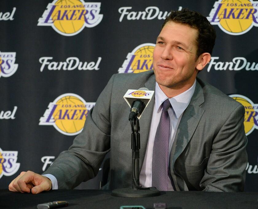 """Luke Walton toma poseción como entrenador y ve un """"futuro brillante"""" para los Lakers."""