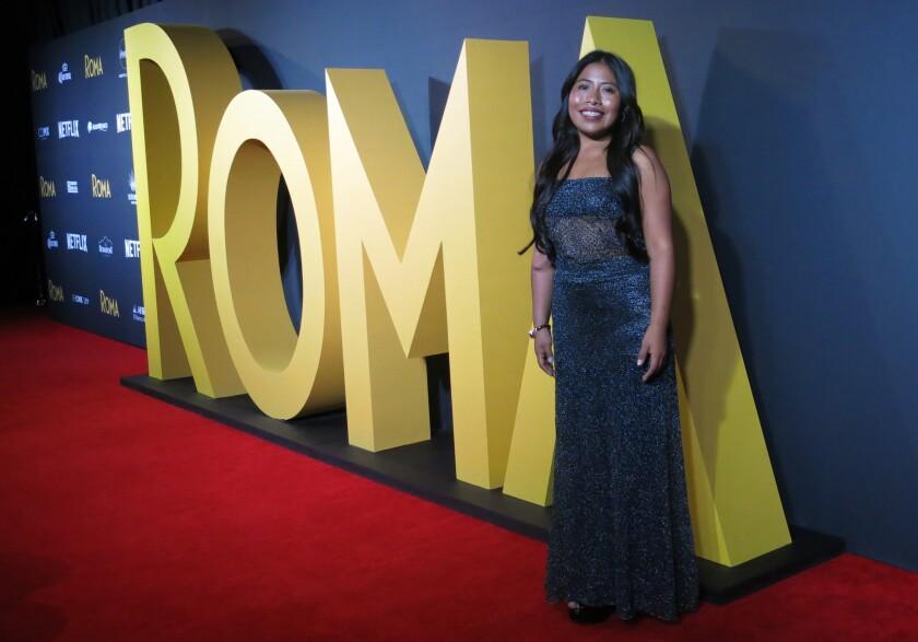 """La actriz mexicana Yalitza Aparicio posa en la alfombra roja de la cinta """"Roma"""" en la capital mexicana, el 21 de noviembre del 2018."""