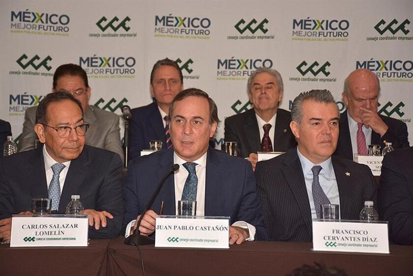 Fotografía cedida este viernes muestra a Carlos Salazar (i), acompañado de Juan Pablo Castañon (c) y Francisco Cervantes (d), durante una rueda de prensa del Consejo Coordinador Empresarial de México en Ciudad de México (México). EFE/Consejo Coordinador Empresarial/SOLO USO EDITORIAL