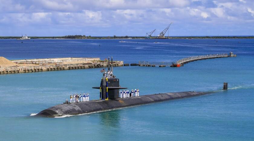 En esta imagen, distribuida por la Marina de Estados Unidos, el submarino de ataque rápido USS Oklahoma City (SSN 723) regresa a una base en Guam, el 19 de agosto de 2021. (Especialista de Comunicación de Masas soldado de 3ra clase Naomi Johnson/Marina de EEUU vía AP)