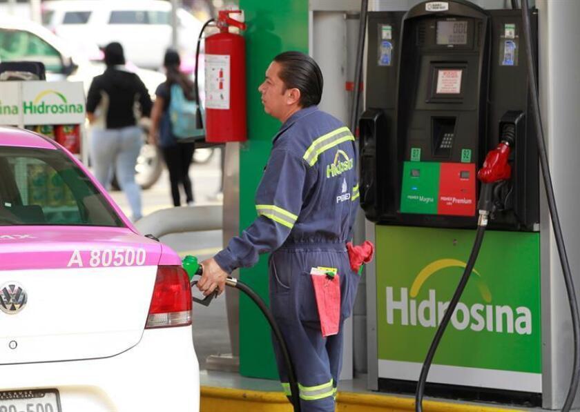 La Secretaría de Hacienda de México anunció hoy la eliminación de estímulos fiscales en dos tipos de gasolinas, pero aseveró que la decisión no aumentará el costo de las mismas. EFE/Archivo