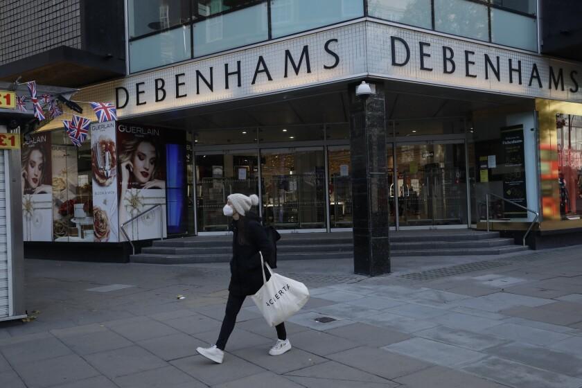 Una mujer pasa frente a la tienda por departamentos Debenhams en la calle Oxford de Londres