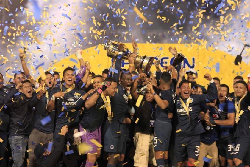 Jugadores del Motagua levantan la copa de campeón hoy, domingo 16 de diciembre de 2018, tras derrotar al Olimpia en la final de fútbol hondureño, en el Estadio Nacional de Tegucigalpa (Honduras). EFE