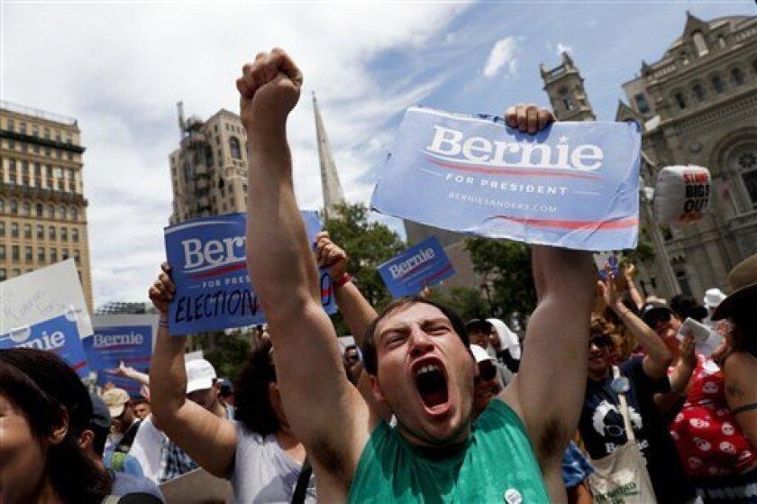 Un partidario del senador Bernie Sanders participa en una marcha cerca del ayuntamiento en Filadelfia, el 20 de junio de 2016 en el segundo día de la Convención Nacional Demócrata. (AP Foto/John Minchillo)