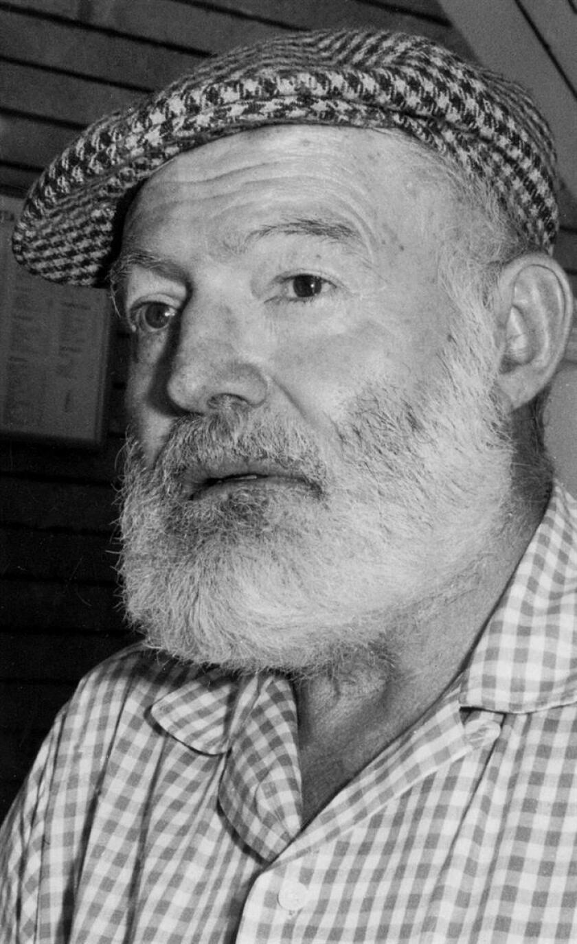 Fotografía de archivo del Premio Nobel de Literatura Ernest Hemingway durante su estancia en Alicante. EFE/Archivo .