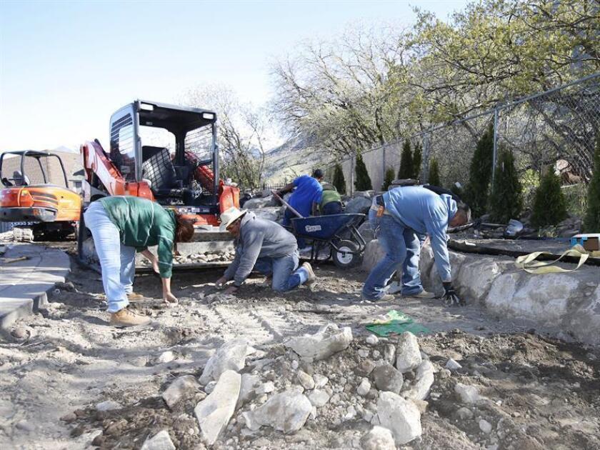 Unos trabajadores de construcción aplanan el terreno para la construcción de una nueva casa en Provo, Utah. EFE/Archivo