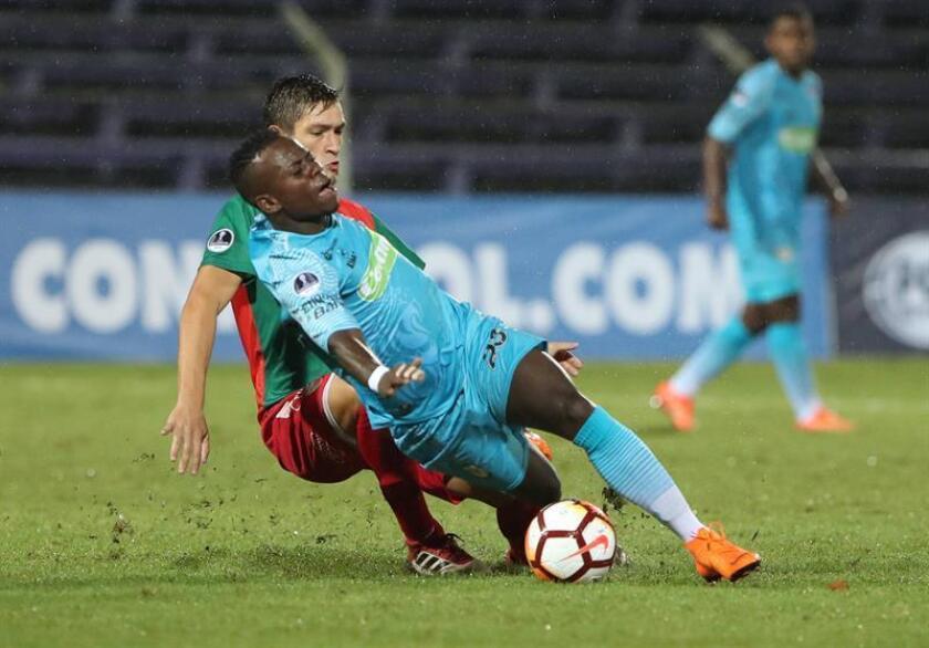 El centrocampista colombiano Déinner Quiñones (frente) fue firmado por el Santos Laguna, campeón del fútbol mexicano, con el que jugará el torneo Apertura 2018, confirmó hoy la institución. EFE/ARCHIVO