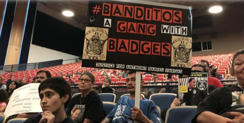 Los miembros de la comunidad hablan en un ayuntamiento en el este de Los Ángeles el 10 de julio, protestando por el manejo del Departamento del Sheriff del Condado de Los Ángeles de Banditos, un grupo de agentes tatuados. (Maya Lau / Los Angeles Times)