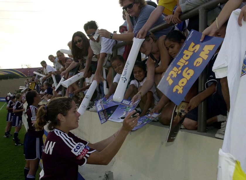 La estrella del San Diego Spirit, Shannon Mac Millan, firmó autógrafos