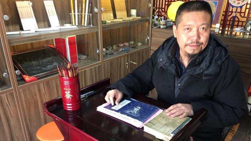 Chen Yi hace predicciones desde su pequeña tienda cerca del Templo de Yonghe, en Pekín (Jessica Meyers / Para The Times).