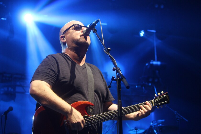 El cantante y guitarrista Black Francis estuvo al frente de Pixies durante el mismo concierto.