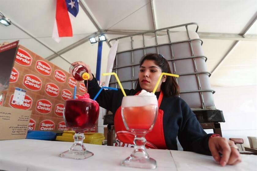 Una mujer prepara dos bebidas terremoto el 14 de septiembre de 2018, en una fonda del Parque O'Higgins, en Santiago (Chile). EFE/Archivo