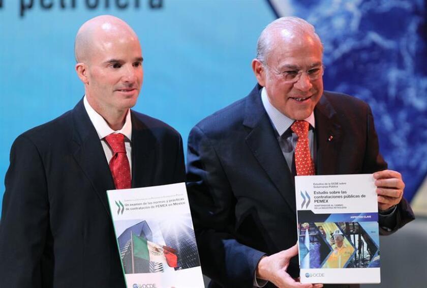 La firma estatal Petróleos Mexicanos (Pemex) ahorró unos 24.000 millones de pesos (unos 1.100 millones de dólares) en 2016 al hacer más eficientes los procesos de compra, contratos y licitaciones, anunció hoy su director general, José Antonio González. EFE