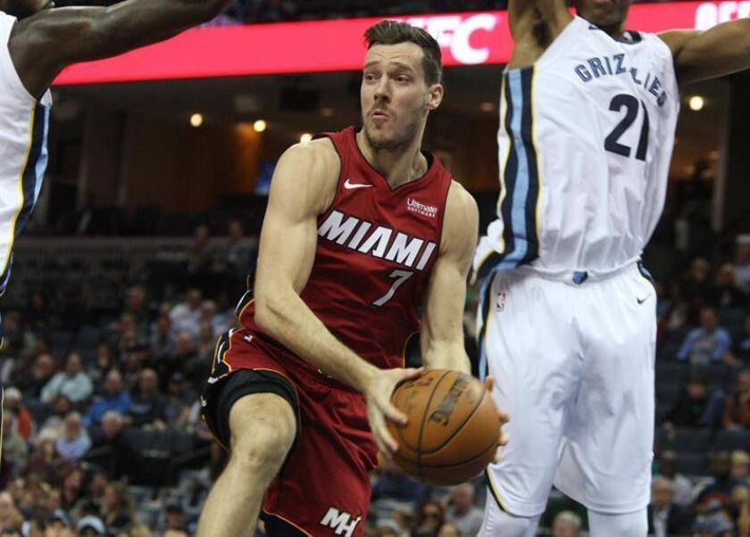 Goran Dragic (i) Miami Heat gana un rebote durante un juego de la NBA entre Memphis Grizzlies y Miami Heat. EFE/Archivo