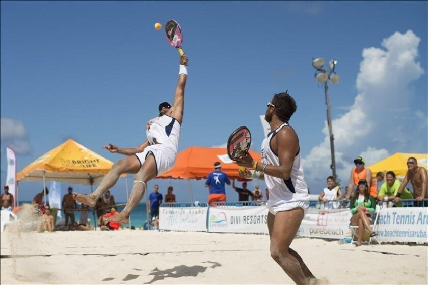 Venezuela's Pedro Peñalver and Jorge Peñalver return a shot Sunday from Italians Marco Garavini and Alessandro Calbucci in the quarterfinals of the Divi International Beach Tennis Tournament in Oranjestad, Aruba. EFE